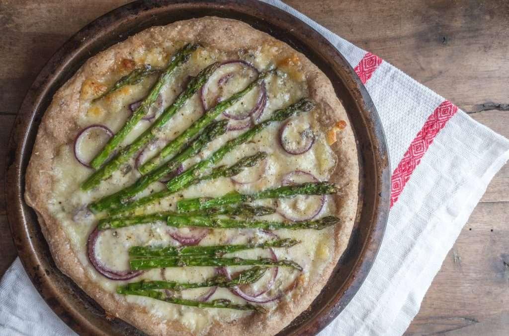 la ricetta della pizza con asparagi e cipolle